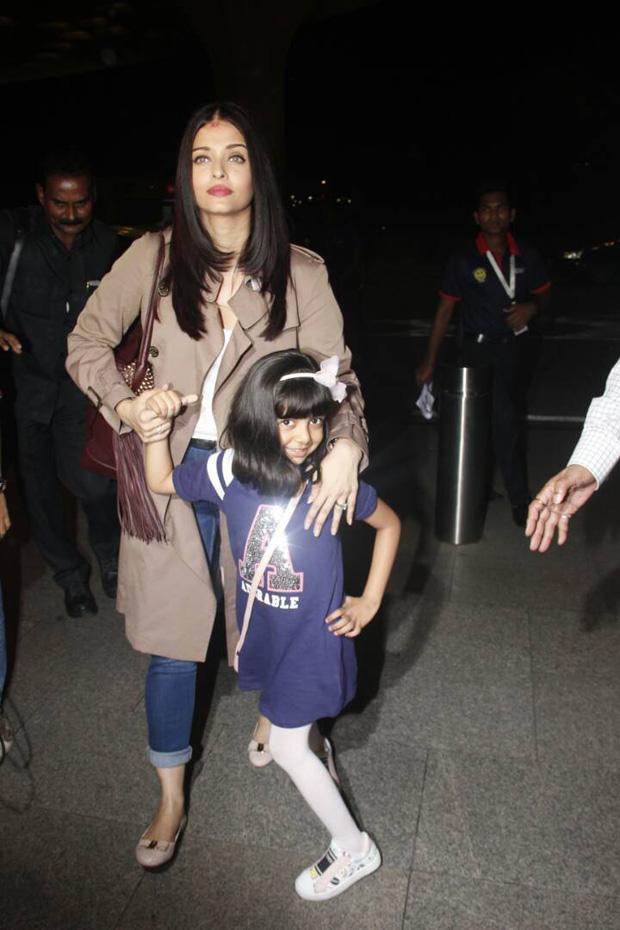 Aaradhya Bachchan posing for paparazzi with mom Aishwarya Rai Bachchan is super adorable