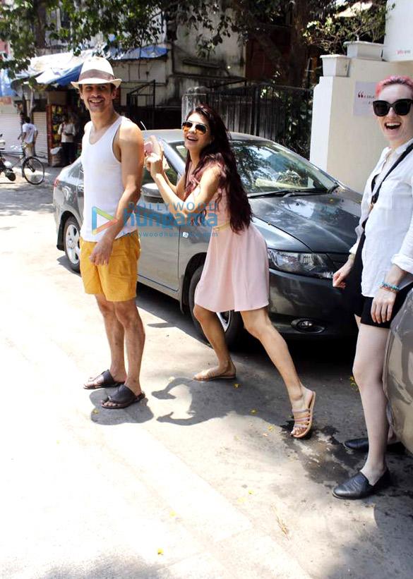 Check out Jacqueline Fernandez enjoys rickshaw ride with friends ahead of hosting Justin Bieber 2
