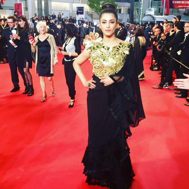 Check out Shruti Haasan sports a desi avatar in a black and gold ensemble on the red carpet of Cannes 2017-1