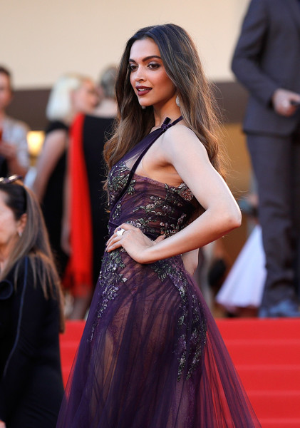 HOT Deepika Padukone looks exquisite in wine sheer gown at the red carpet of Cannes 2017-3