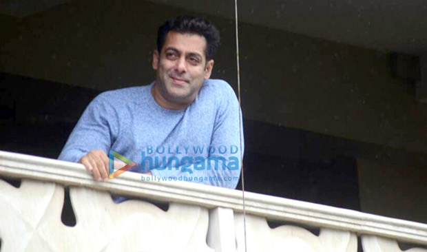 Salman-Khan-wishes-all-his-fans-Eid-Mubarak-from-his-home-in-Bandra-4