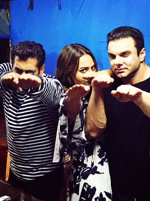 Sonakshi Sinha recreates Tubelight pose with Salman Khan and Sohail Khan