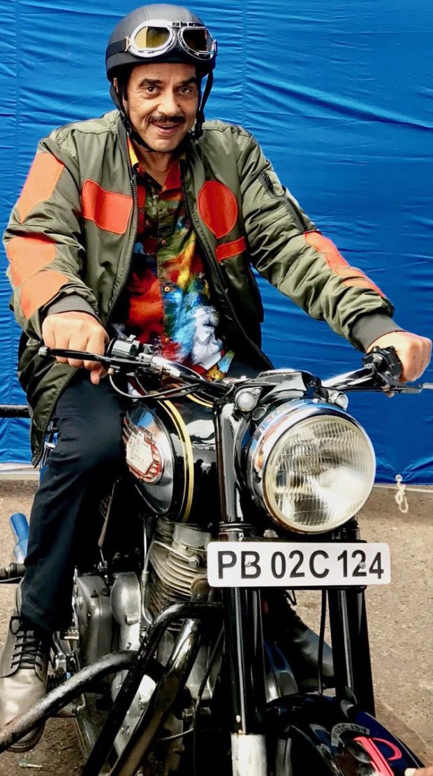 Dharmendra makes his social media debut2