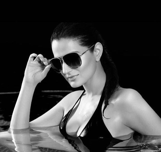 HOT! Ameesha Patel wishes everyone a great week with this sizzling picture