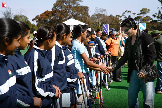 Here-are-some-BTS-moments-of-Shah-Rukh-Khan-and-the-hockey-team-that-will-make-you-re-watch-the-film!-(4)