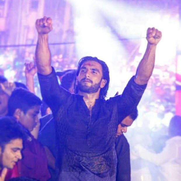 WATCH Ranveer Singh creates fan frenzy while dancing to 'Malhari' at Dahi Handi celebrations3