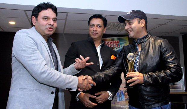 Madhur Bhandarkar awards Faridoon Shahryar for excellence in journalism at Bollywood Festival Norway2
