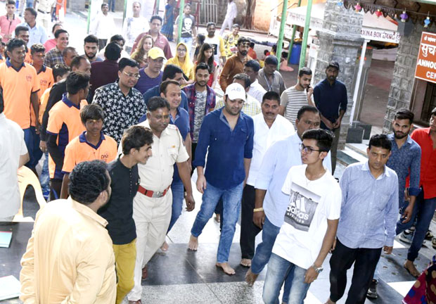 Check out Kapil Sharma visits the Shirdi Sai Baba Temple (2)