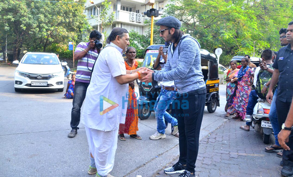 Check out Ranveer Singh seeks blessings from a pandit