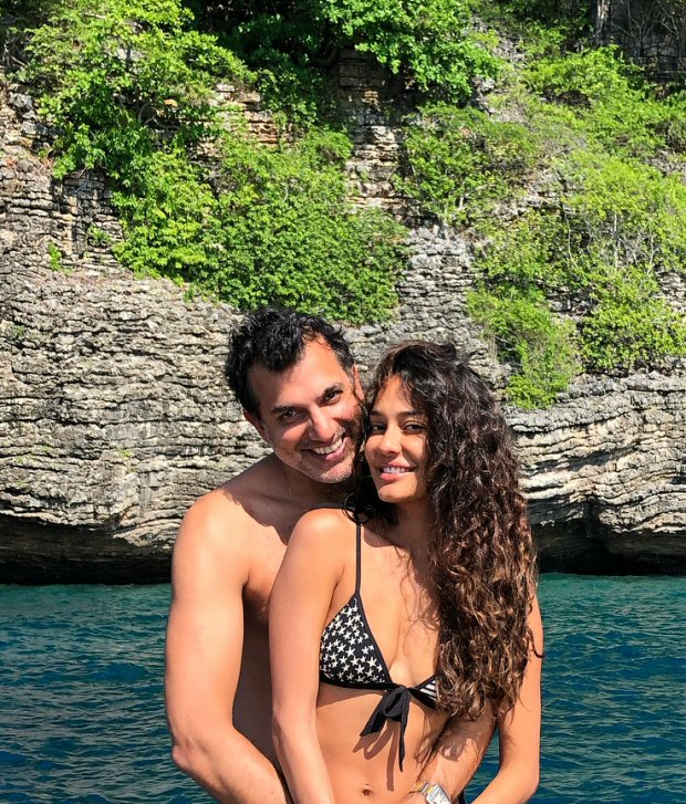 HOT! Lisa Haydon celebrates her first wedding anniversary with hubby at a secluded beach