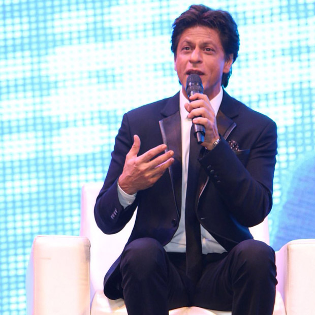 Check out Shah Rukh Khan turns up his charm and dances with female fans in Ahmedabad (2)