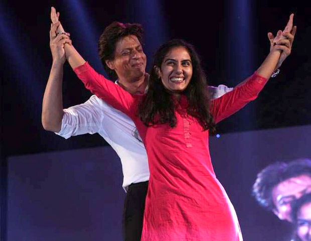 Check out Shah Rukh Khan turns up his charm and dances with female fans in Ahmedabad (3)