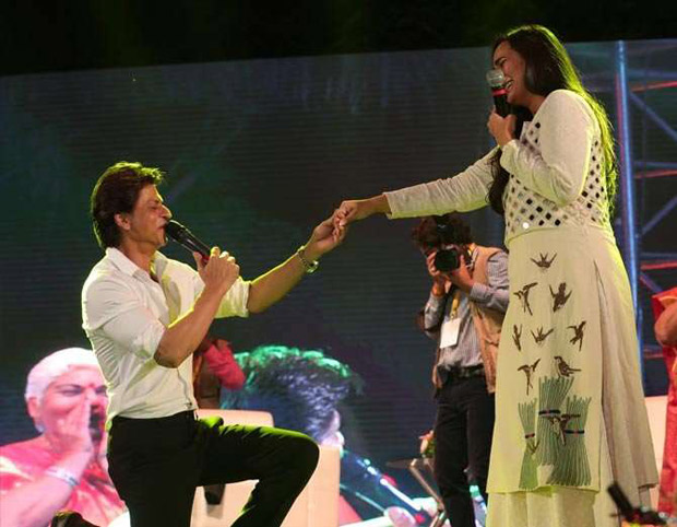 Check out Shah Rukh Khan turns up his charm and dances with female fans in Ahmedabad (4)