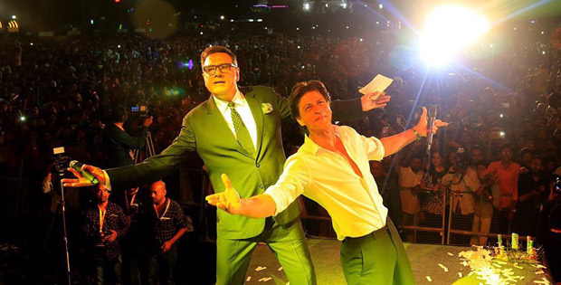Check out Shah Rukh Khan turns up his charm and dances with female fans in Ahmedabad (5)