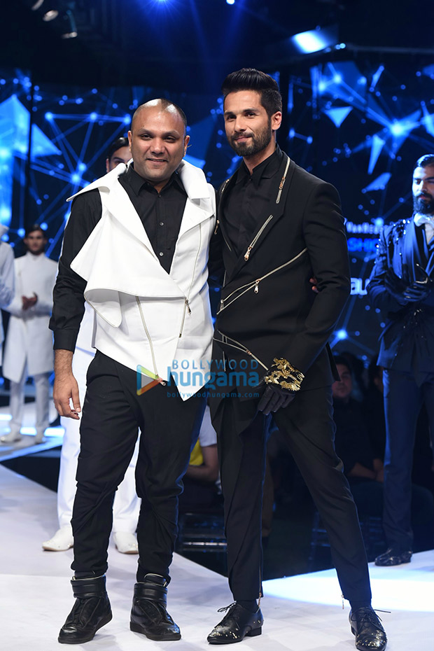 Check out Shahid Kapoor looked sharp and dapper as a showstopper at GQ Fashion Nights (3)