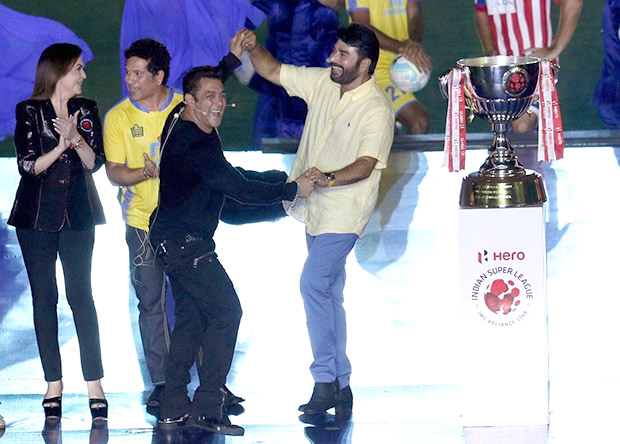 ISL 2017 Salman Khan clicks a selfie with Sachin Tendulkar, Katrina Kaif, Mammootty and Nita Ambani3