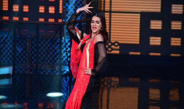 It was a riot on Lip Sing Battle with Hrithik Roshan, Kriti Sanon and Rajkummar Rao dancing together on stage (7)