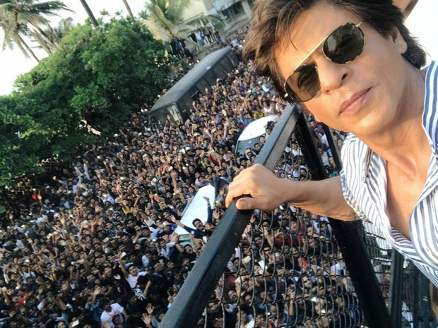 Shah Rukh Khan poses little Abram and a massive crowd on his 52nd birthday -2