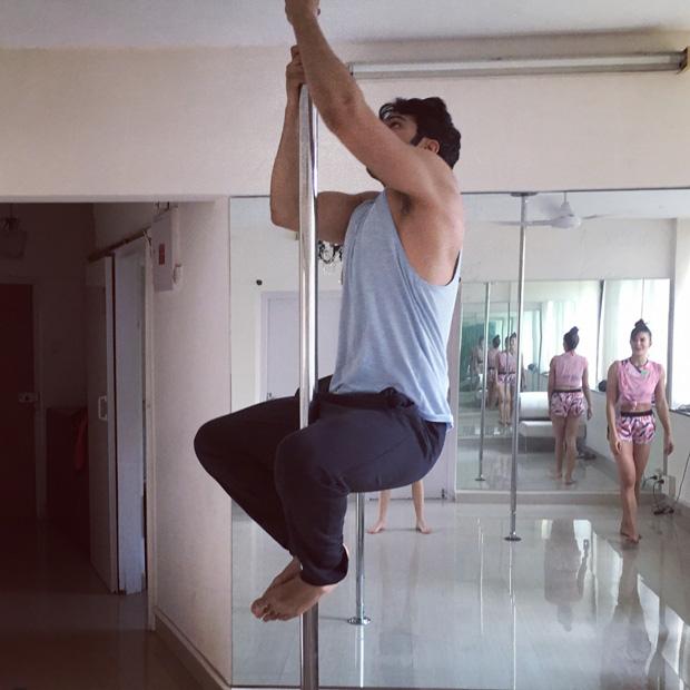Varun Dhawan learns pole dancing from Jacqueline Fernandez (2)