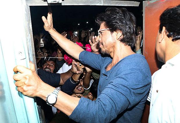 08-Shah-Rukh-Khan-train