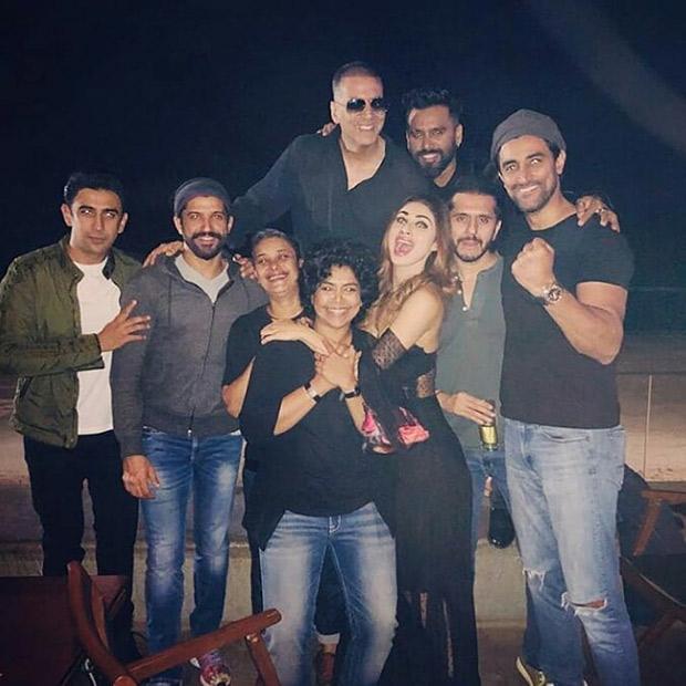 Check out Akshay Kumar, Mouni Roy, Farhan Akhtar, Ritesh Sidhwani along with the team celebrate the wrap of Gold