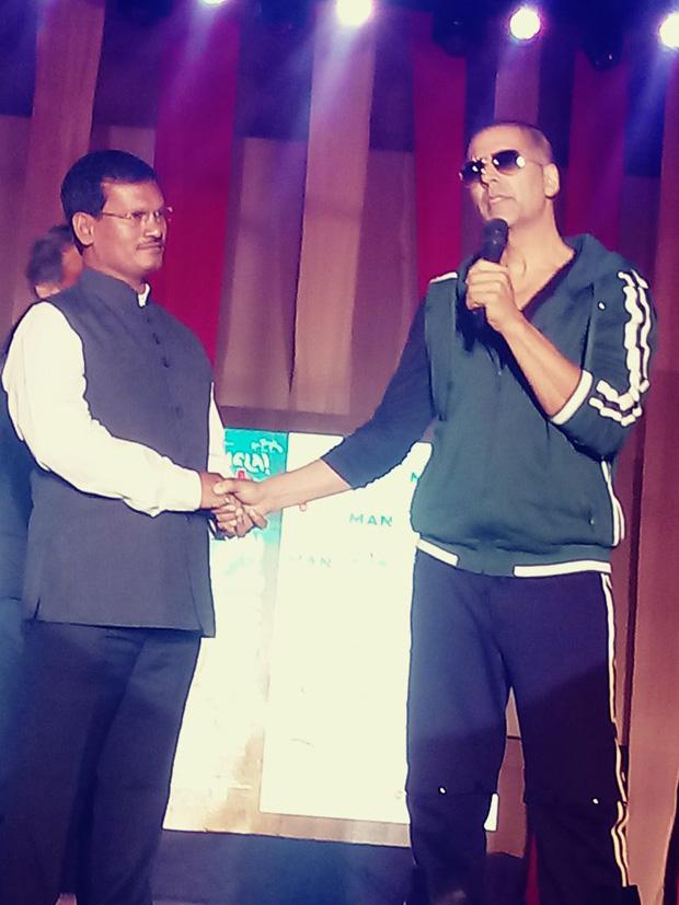 Check out Reel life Padman Akshay Kumar and reel life Padman Arunachalam Muruganantham take over Mood Indigo 2017