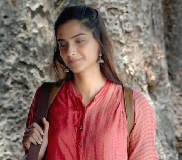 Sonam Kapoor channels elegance and simplicity as Rhea Kapoor in Padman (2)