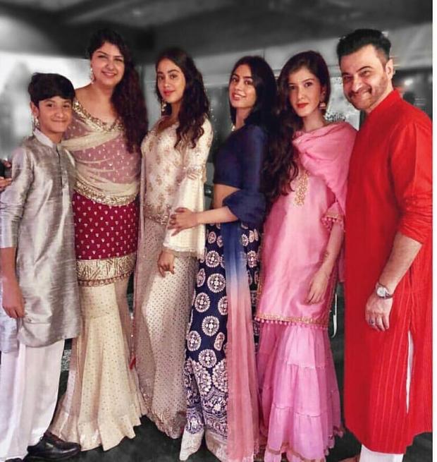 Anshula, Janhvim Khushi and Shanay with Sanjay Kapoor at Sonam Kapoor's Mehendi ceremony