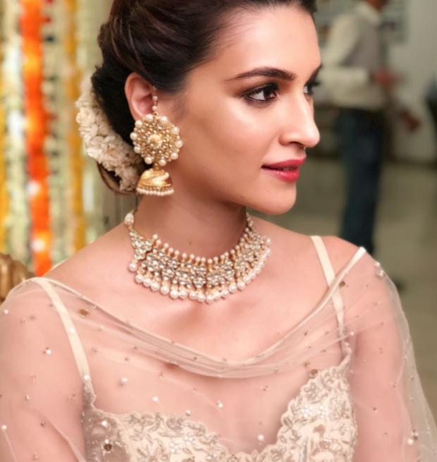 Kriti Sanon in dewy makeup and an elegant updo (2)