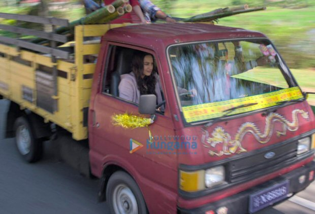 Sonakshi Sinha takes us by SURPRISE as she drives a heavy mini truck in Happy Phir Bhaag Jayegi!