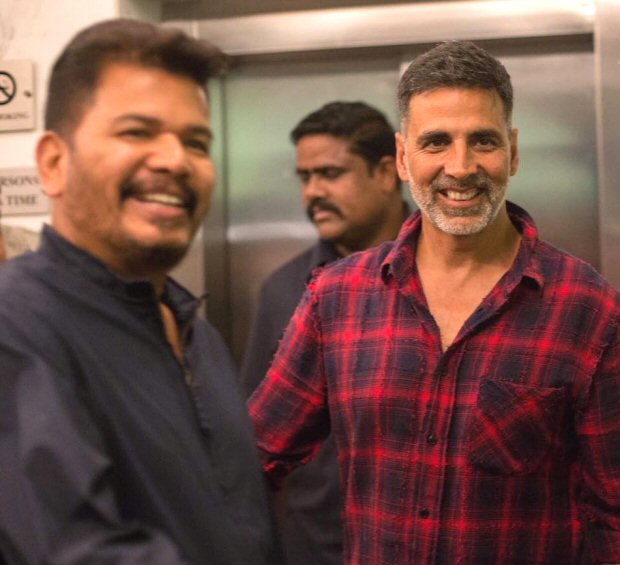 Akshay Kumar strikes a pose with Aditya Thackeray and Marathi actors Sachin Khedekar and Sai Tamhankar at Chumbak screening