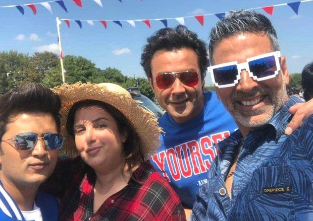 Housefull 4: Akshay Kumar, Bobby Deol, Riteish Deshmukh, Kriti Sanon, Kriti Kharbanda, Pooja Hegde shoot a song at London Bridge
