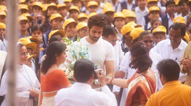 Kartik Aaryan celebrates Independence Day with thousands of kids in his school