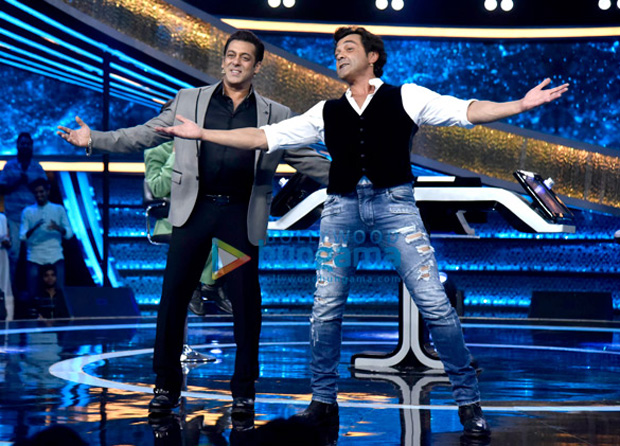 WATCH: Dharmendra does the HOOK STEP of Dabangg with Salman Khan and Bobby Deol on Dus Ka Dum