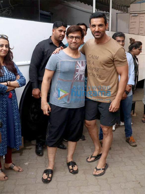 Aamir Khan and John Abraham come together for a picture and we loved it!
