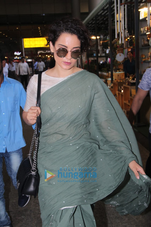 Kangana-Ranaut-in-Runaway-Bicycle-at-the-airport-(2)