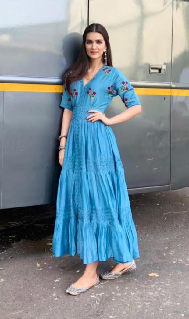 Kriti Sanon in The Right Cut and Needledust juttis for Luka Chuppi promotions (2)