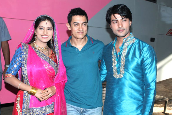 Aamir promotes 'Satyamev Jayate' on Diya Aur Baati Hum serial