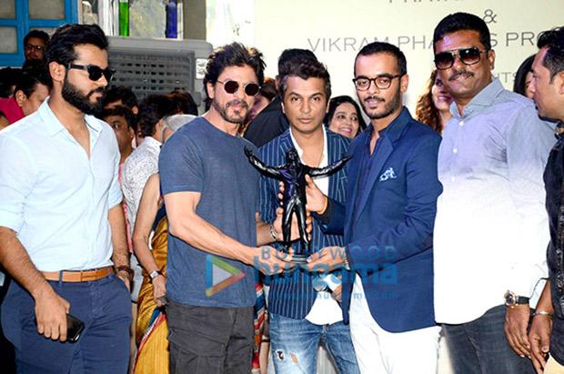 Shah Rukh Khan gives the mahurat clap for Vikram Phadnis' debut Marathi film Hrudayantar1