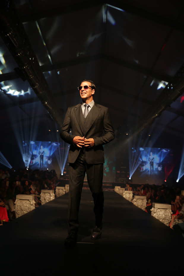 Akshay Kumar walks the ramp and this is the stunt he did to entertain the audience!