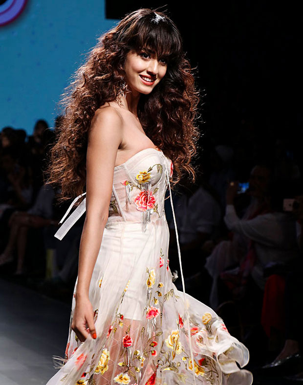 Disha Patani is vision in white as a showstopper at Lakme Fashion Week 2017-5