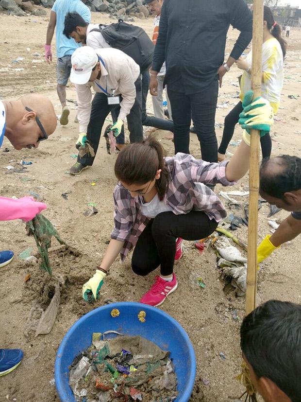 Anushka Sharma cleans Versova beach for Swachh