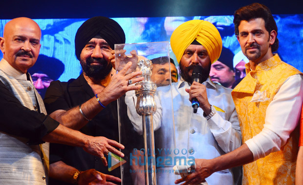 Check out Hrithik Roshan and Rakesh Roshan pay tribute to Bhagat Singh on his 110th birth anniversary1 (1)