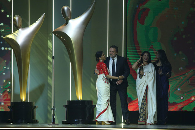 Check out Sakshi Tanwar hugs Russell Crowe while receiving Best Asian Film Award for Dangal (3)