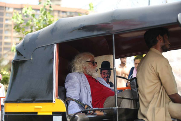 Amitabh Bachchan takes a rickshaw ride as the 102 year old