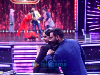 Raid stars Ajay Devgn and Ileana D'cruz snapped with Shilpa Shetty on Super Dancer 2 sets
