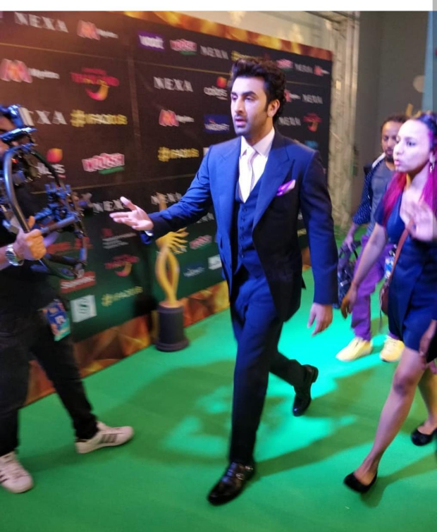 IIFA Awards 2018: Ranbir Kapoor keeps it slick in a suit, sends the crowds in frenzy as he clicks selfies with them!