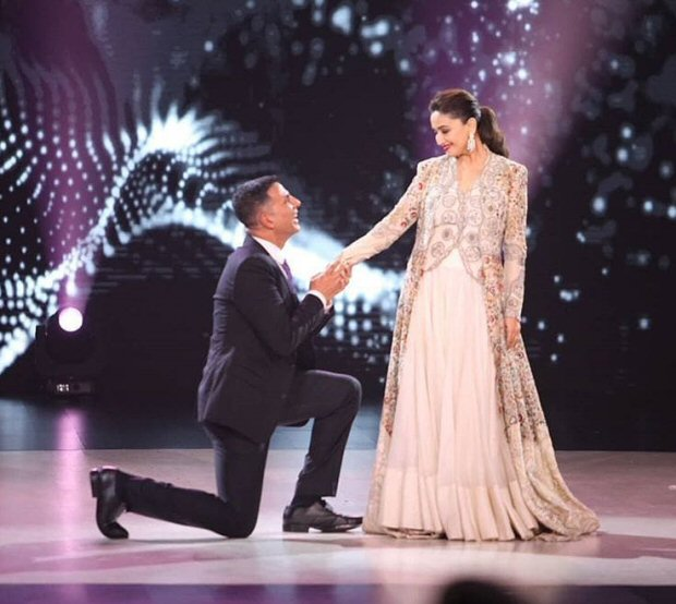GOLD: Akshay Kumar and Madhuri Dixit recreate a special moment from their film Aarzoo on Dance Deewane