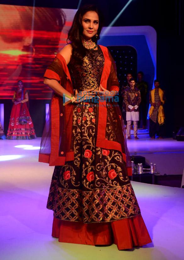Lara Dutta Walks The Ramp For Sasmira S Enchante 2018 College Fashion Show 2 Lara Dutta Images Bollywood Hungama