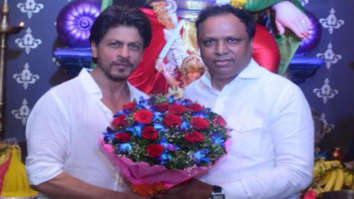 Shah Rukh Khan makes a customary visit to a city pandal, gets clicked with politician Ashish Shelar (see picture)